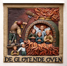 Daniel en de gloeiende oven - muurplaat aan de Begijnhof te Amsterdam